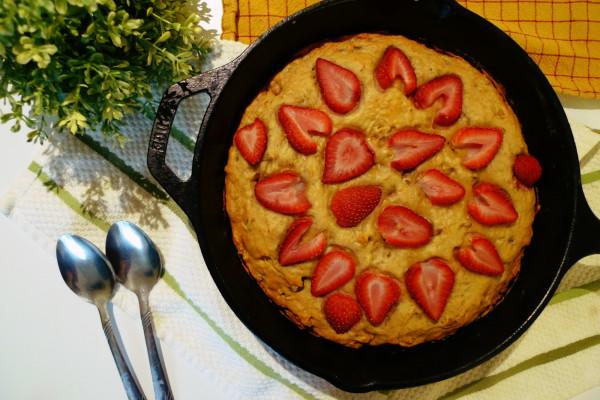 懶人料理《一鍋到底烘焙法》令人上癮的草莓香蕉核桃蛋糕!