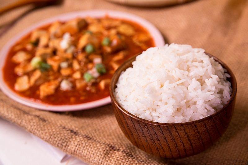 來一碗燴飯料理,品嚐米飯吸收醬汁後的飽滿美味。