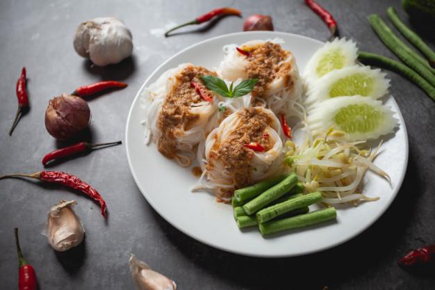在家自製泰國街頭小吃:香蕉煎、炸蛋飯、涼米線、泰奶